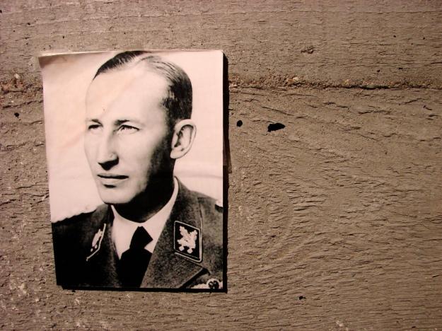 Bild Heydrichs in der Gedenkstätte Lidice – Foto: Adam Jones/Flickr